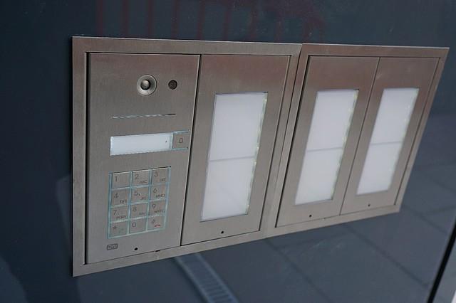 Hlavní jednotka IP Vario s kódovou klávesnicí a podsvíceným jmenným seznamem