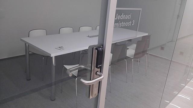 Instalace Aperia V3 na dveřích jednací místnosti