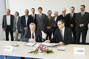 Podepisování spolupráce v roce 2012